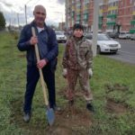 В Абакане депутаты высадили деревья и кустарники
