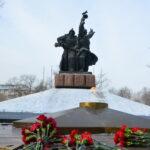 Сегодня 23 февраля коммунисты и комсомольцы Абакана по традиции возложили цветы к Монументу Воинской Славы в городском парке Победы.