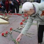 9 мая коммунисты и комсомольцы Абаканского местного отделения ХРО КПРФ возложили цветы и венок к Монументу Воинской Славы