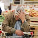 В РФ подорожали продукты, но подешевело рытье могил